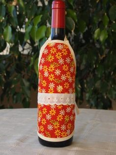 Delantal para botellas hecho de tejido algodón/poliéster y cinta de algodón. Lavable a 30 grados. Bottle, Home Decor, Tela, Dishwasher, Soaps, Kitchen Sets, Wine Bottles, Aprons, Ribbons