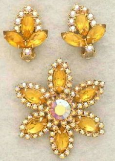 Vintage Brilliant and Pale Yellow Rhinestone Earrings and Brooch Set Vintage Jewelry Crafts, Vintage Costume Jewelry, Vintage Costumes, Antique Jewelry, Vintage Jewellery, Rhinestone Earrings, Vintage Rhinestone, Vintage Brooches, Yellow Earrings