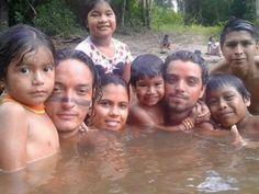 Os atores participaram ativamente da rotina dos índios (Foto: Reprodução)