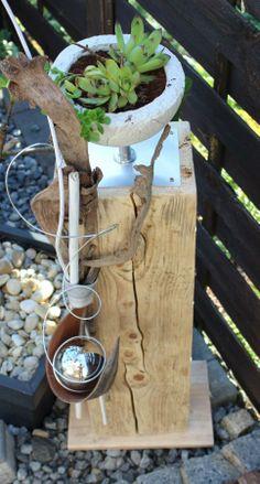 Alte Holzsäule mit Betonschale auf Chromfuß zum bepflanzen! Holzsäule natürlich dekoriert mit einem Kokosblatt und Edelstahlkugel! Höhe ca 90cm – Preis 80€