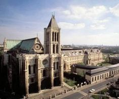 Basilique Cathédrale de Saint-Denis. Avec plus de soixante-dix gisants et tombeaux monumentaux, la nécropole royale de la basilique s'impose aujourd'hui comme le plus important ensemble de sculpture funéraire du XIIe au XVIe siècle.