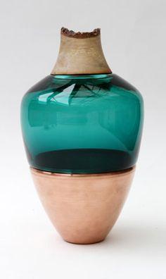 """Un jarrón que se puede dividir en 3 envases de 3 materiales diferentes. Después de """"Azul y Rojo Stacking"""", presentado en medio de Ventura, en Milán, Pia Wüstenberg enriquece la serie de jarrones de híbridos con """"India"""".   Cristal, madera y latón. O cobre. El concepto y el objeto final creado por la mano que ya había visto, pero con cerámica en lugar de aleaciones de metales"""