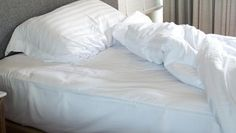 Matratze reinigen: Urin-, Blut- oder Kaffeeflecken entfernen. Ein ungemachtes Bett: Wer sein Bett morgens macht, bietet Hausstaubmilben perfekte Lebensbedingungen, denn Wärme und Feuchtigkeit von der Nacht können nicht entweichen. (Quelle: Getty Images/myibean)