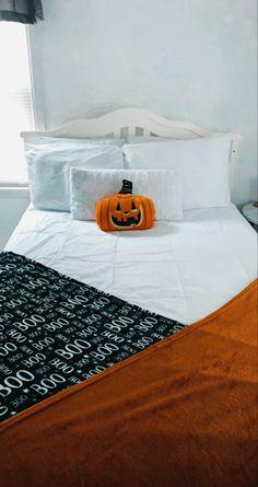 Fall Bedroom Decor, Fall Home Decor, Diy Room Decor, Autumn Room, Halloween Bedroom, Aesthetic Room Decor, New Room, Room Inspiration, Fall Things