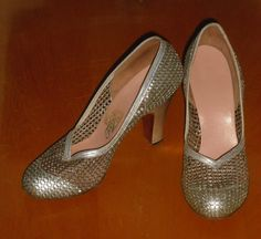 Vintage Silver Shoes 1940s Leather and Mesh Silver Dress Pumps Heels  9 1/4  inch inside leng th