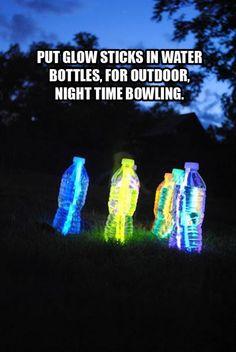 Nacht bowlen met flesjes water en Glow in the dark sticks.