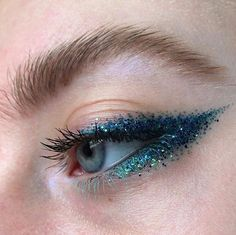 Whenever you do eye makeup, make your eyes look brighter. Your eye make-up must make your eyes stand apart among the other functions of your face. Eye Makeup Blue, Glitter Makeup Looks, Glitter Make Up, Eye Makeup Tips, Glitter Eyeliner, Cute Makeup, Makeup Goals, Pretty Makeup, Makeup Inspo