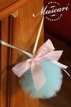 pompony z miętowego tiulu w kościele podczas ślubu
