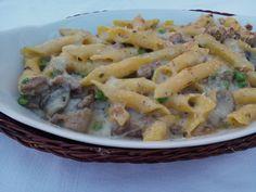 Pasta al forno con funghi, salsiccia e piselli