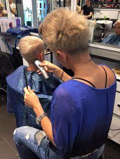 coiffeuse en bleu, client en bleu