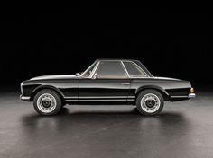 Deze Mercedes-Benz 280 SL uit 1970 in de volmaakte kleurencombinatie van zwarte lak en bruin interieur wordt te koop aangeboden in Duitsland via Classic...