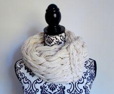 Sciarpa infinity arm knitting - col. bianco latte di Armonieinlilla su Etsy
