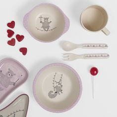 Tableware in biodegradable bamboo with the cutest illustrations of Nordic animals as circus artists! Design by Bloomingville