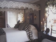 Colonial bedroom, Primitive Stitcher Love the lights over the bed Primitive Bedroom, Primitive Decor, Primitive Homes, Primitive Antiques, Primitive Country, Colonial Bedroom, Country Decor, Country Homes, My New Room