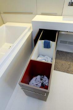 Handig is de waslade voor de vuile was. In drie bakken kan je donkere, lichte en gekleurde was sorteren. Wanneer je de lade dichtschuift, komt ze in de wasplaats in de kamer ernaast terecht. Geen gezeul met wasmanden.' Er is ook een omkleedzone.