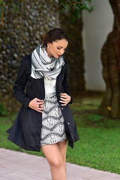 #FashionBySIMAN y Verónica González: Una excelente idea para lucir fashion es usar faldas con una gabardina que te abrigue en esos días de lluvia. Puedes complementar tu look con una bufanda de hilo, lo que le dará un toque muy chic.