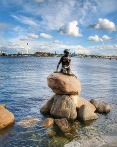 Em Helsinki na Finlândia uma das atrações mais populares é a estátua da Pequena Sereia. O escritor Finlandês Hans Christian Andersen escreveu um conto em 1837 onde a sereia salva do afogamento um príncipe  e se apaixona por ele . Mas para viver esse amor precisa se transformar em humana  por meio de um complicado feitiço. A Disney mais tarde transformou essa sereia na Ariel conhecida pelas crianças no mundo todo.  A estátua fica próxima ao Porto e é bem pequena (um pouco frustrante…