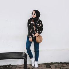 Outfit Baju Remaja Berhijab Ala Selebgram 2018pashmina polos to blouse outer burung kacamata semangka hitam jeans denim longpant biru tua sling bag rotan coklat cincin sneakers kets putih gaya casual kain satin chiffon ootd outfit 2018 bangku besi tembok lantai bat
