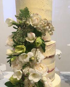 Let's eat cake #cake #flowers #blooms #lulubird #eventstyling #flowers #cakeflowers #lovelifewithlulu