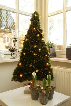 Verlichte kerstboom van mos