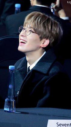 wonu w glasses > wonu w/o glasses Woozi, The8, Mingyu Wonwoo, Seungkwan, Seventeen Wonwoo, Seventeen Debut, Seventeen Memes, Rapper, Hip Hop