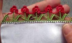 Sevgili hanımlar bugün yine çok kolay ve gösterişli iki sıralı kırmızı güller tığ oyası yapılışını paylaşıyorum. Yeşil iple alt dallar örülüp üstüne kırmızı renkle minik güller yapılmış. Gayet basit ve güzel bir oya olmuş. Hediyelik yazmalara, çeyizlik yemeni oyası olarak kolay ve hızlıca örebilirsiniz. Örgü örnekleri kanalı yapılışını güzelce tarif etmiş videosunda. Sitedeki diğer tüm birbirinden güzel yazma oyalarına oya örnekleri bölümünden bakabilirsiniz. Çift Sıralı Kırmızı Güller Kolay…