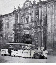 """Farmacia móvil modelo """"Santiago de Compostela"""" frente a  la Facultad de Farmacia. Varias de las jóvenes voluntarias del Laboratorio de  Farmacia Militar posan para la foto en verano de 1937."""