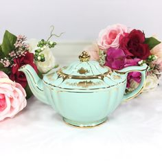 Highly sought after and extremely RARE Sadler full size teapot. Signed Sadler, Made in England, model Cottage Style Decor, Shabby Chic Cottage, The Office Wedding, English Teapots, Make Beauty, Tea Party, Party Wedding, Mint Green, Tea Cups