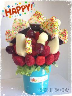 Ramo de #frutas con fresas y #cupcakes de piña que ha regalado una madre a las profesoras de la guardería de su hijo | #Ramosconhistoria