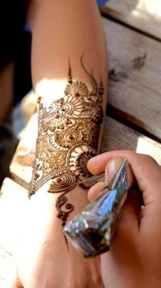 Latest Bridal Mehndi Designs Collection for Wedding Brides consists of fancy, pretty round tikki, peacock mehndi patterns for hands & feet. Henna Tatoos, Mehndi Tattoo, Mehndi Art, Henna Art, Body Art Tattoos, Latest Bridal Mehndi Designs, Mehandi Designs, Mehendi, Peacock Mehndi