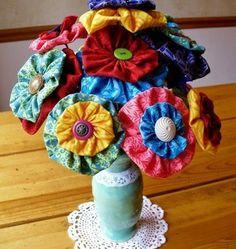 une pièce décorative florale en guise de centre de table, vase de fleurs, rempli de fleurs DIY, fleur en tissu tuto