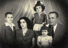 A família Rousseff -da esquerda para a direita - o filho mais velho, Igor, a mãe, Dilma Jane Coimbra Silva, as filhas Dilma Vana e Zana…