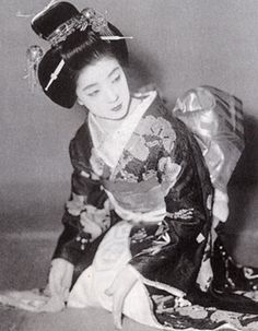 She was born in Kyoto, trained in Tokyo, and became a geisha in the Gion district of Kyoto. Her work took her back and forth between Kyoto and Tokyo. She also served as the inspiration for many novels and movies. Geisha Kunst, Geisha Art, Geisha Makeup, Old Pictures, Old Photos, Vintage Photos, Japanese Kimono, Japanese Girl, Japanese Style