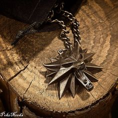 Collier et pendentif The Witcher III - Witcher Wolf Medallion. Officiel Collier et pendentif The Witcher III - Witcher Wolf Medallion Dimensions du méda. The Witcher 3, The Witcher Books, Witcher 3 Wild Hunt, Witcher Iii, Witcher Medallion, Magia Elemental, The Last Wish, Yennefer Of Vengerberg, Ciri