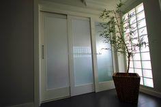 Porta de correr com três folhas sobrepostas, vidro panorâmico temperado jateado 10 mm - Ecoville Portas Especiais