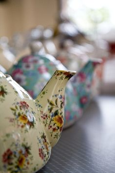 Pretty Tea Pots All in a Row / Ana Rosa