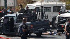 Dos terroristas palestinos atacan y hieren a tres civiles en una parada de autobús