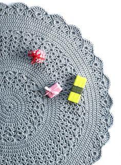 Crochet pattern: Rug under Christmas tree. By Finnish magazine: Kotiliesi. Crochet Doily Rug, Crochet Placemats, Crochet Rug Patterns, Crochet Carpet, Crochet Bebe, Knit Crochet, Rag Rug Tutorial, Crochet Christmas Trees, Crochet World