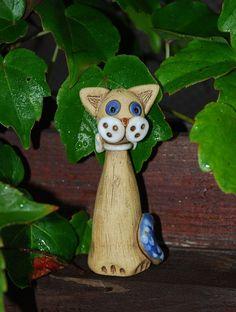 Keramická kočka - malá Vyrobena ze šamotové hlíny, patinovaná, barvená glazurou. Výška cca 9 cm. Ručně modelovaná.