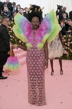 See all of the Met Gala 2019 dresses and outfits straight from the red carpet. The first Monday in May annually brings together the great and the good from the realms of fashion and film for the Met Gala. Pink Carpet, Red Carpet Looks, Red Carpet Dresses, Grey Carpet, Carpet Colors, Susan Sontag, Florence Welch, Anna Wintour, Jeremy Scott