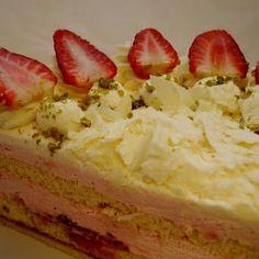 Erdbeersahntetorte - die einzigartige Verschmelzung von süß-fruchtigen Erdbeeren und klassischer Sahne. Ein Muß ;o) für einen gelungenen Sonntagnachmittag.