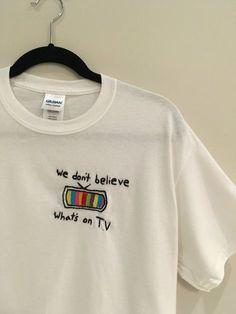 Wir glauben nicht was ist auf TV-t-Shirt bestickt von bubblybritany