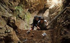 Η Κατερίνα Δούκα και ο Τόμας Χάινχαμ συλλέγουν δείγματα απο μία σπηλιά στην Ρωσία. (Φωτογραφία: Thomas Higham ).