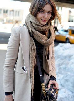 огромный шарф, пальто, смешная вышивка, сумка почтальёна