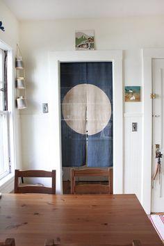 Para evitar puertas que comen espacio, la opción de una pequeña y sencilla cortina es perfecta.