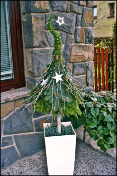 Eingang dekorieren Eingang weihnachtlich dekorieren Tannenbaum in Blumentopf You are in the right place about Tree sketch Here we offer you the most beautiful pictures about the palm Tree you are look Noel Christmas, All Things Christmas, Winter Christmas, Christmas Crafts, Christmas Ornaments, Christmas Stockings, Christmas Planters, Ornaments Ideas, Christmas Fashion