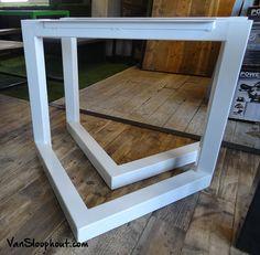 Customized stalen driehoek onderstel met een witte poedercoat voor een tafel met bijvoorbeeld een sloophouten blad. #staal #wit #witwonen #sloophout #sloophoutenvloer #frame #maatwerk