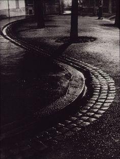 Brassaï,trottoirs en serpentin, Rue de Lappe, 1932