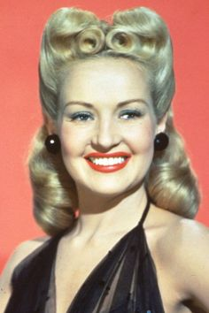 Vintage Hairstyles Betty Grable - Explore our beauty products and hairstyle ideas on HOUSE - design, food and travel by House 1940s Hairstyles, Celebrity Hairstyles, Party Hairstyles, Wedding Hairstyles, Pin Up Retro, Famous Blondes, Elisabeth I, Blonde Celebrities, Rockabilly Hair