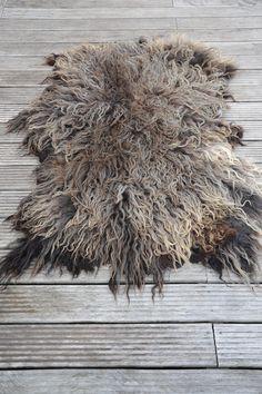 Een kleed gemaakt van het ras heideschaap. Een xl vacht ,het schaap van dit kleed loopt op een biologische boerderij en worden gehouden voor de wol en niet voor de slacht.Prachtige krullen, een zeer zeldzame vacht, in een unieke kleurstellinghet kleed heeft een afmeting van 150 cm bij 100 cm een zeer groot dik kleed gemaakt van een a kwaliteit vacht.